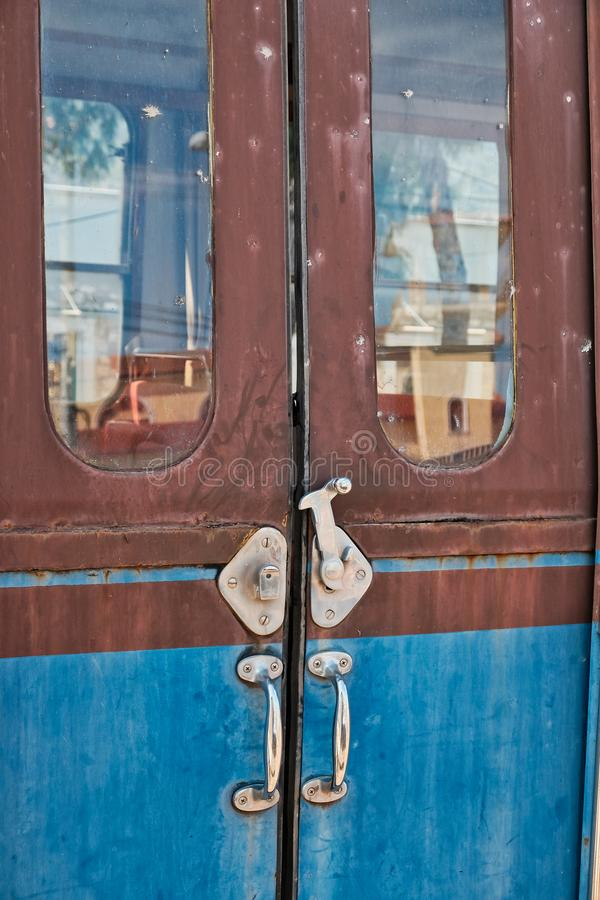 Деталь дверей, старые Decommissioned экипажи поезда, стоковые фото