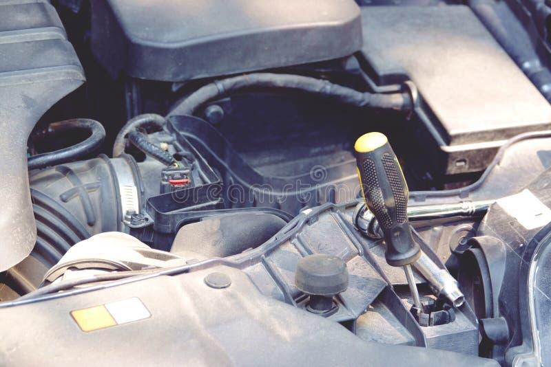 Деталь двигателя автомобиля с концом предпосылки отвертки вверх стоковая фотография rf