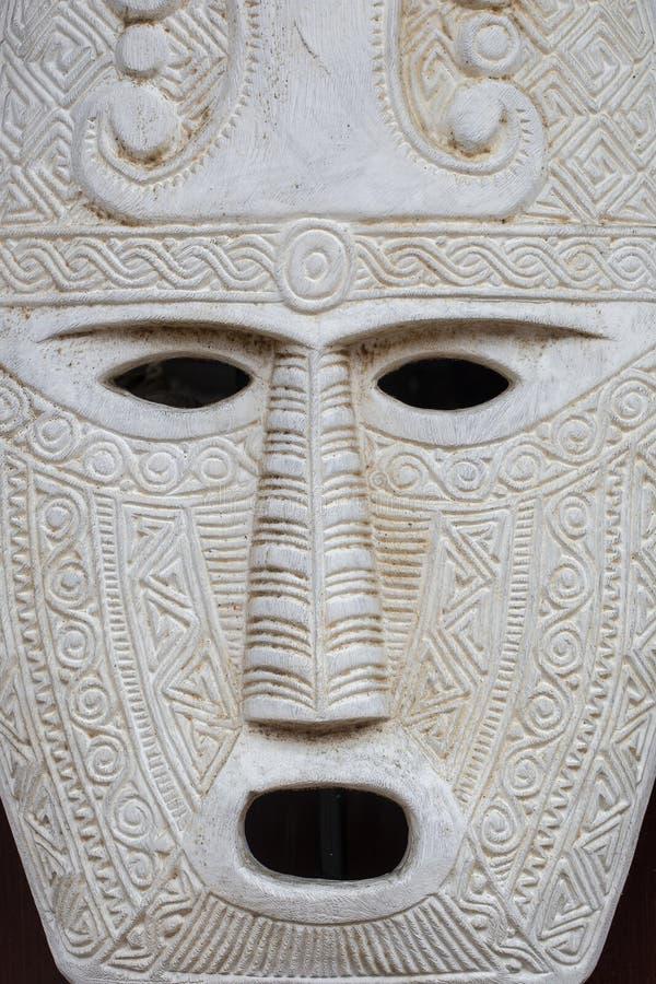 Деталь деревянной африканской племенной маски, белая древесина с стороной стоковое фото rf