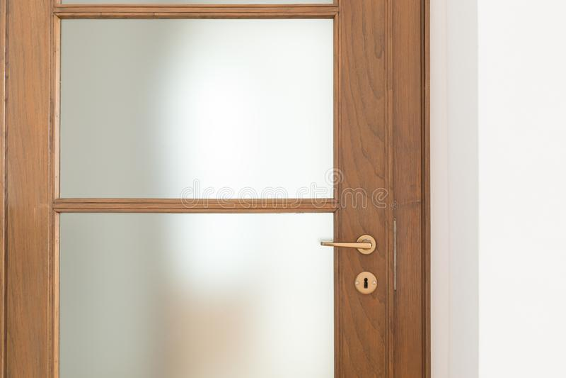 Деталь деревянной двери в квартире, прифронтовой взгляд стоковые изображения