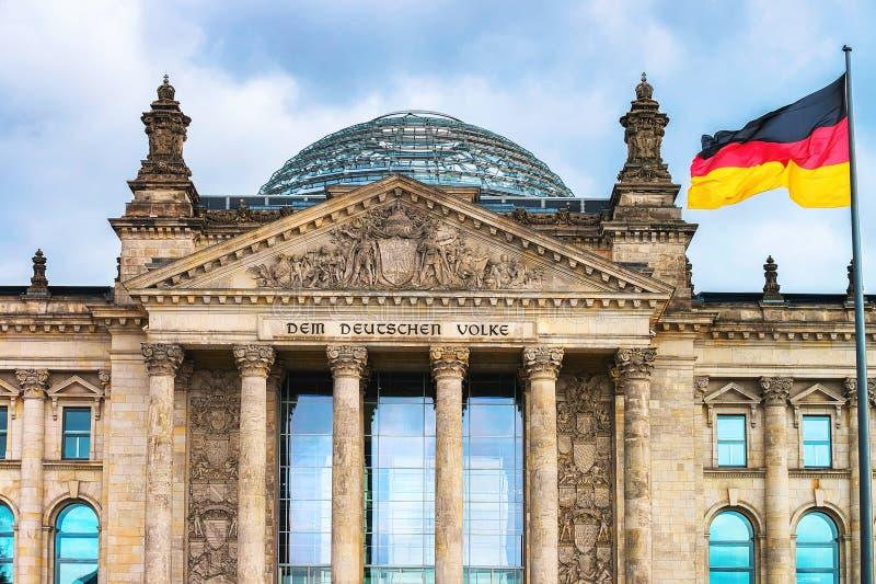 Деталь здания Reichstag и немецкого флага Берлина стоковые фотографии rf