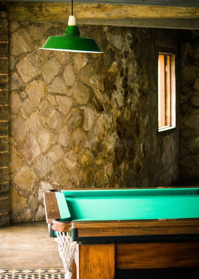 Деталь игровой комнаты с бильярдным столом снукера стоковые фотографии rf