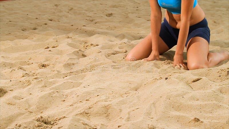 Деталь игрока волейбола женского на пляже место Конец-вверх женщины на песке играя волейбол пляжа стоковая фотография