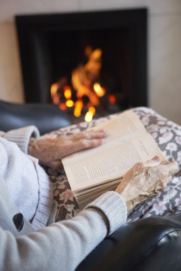 деталь книги читая старшую женщину стоковая фотография