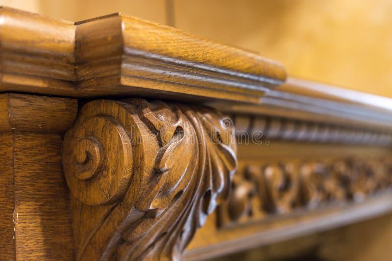 Деталь конца-вверх высекаенного деревянного декоративного предмета мебели с флористическим орнаментом сделанным из естественной т стоковое фото rf