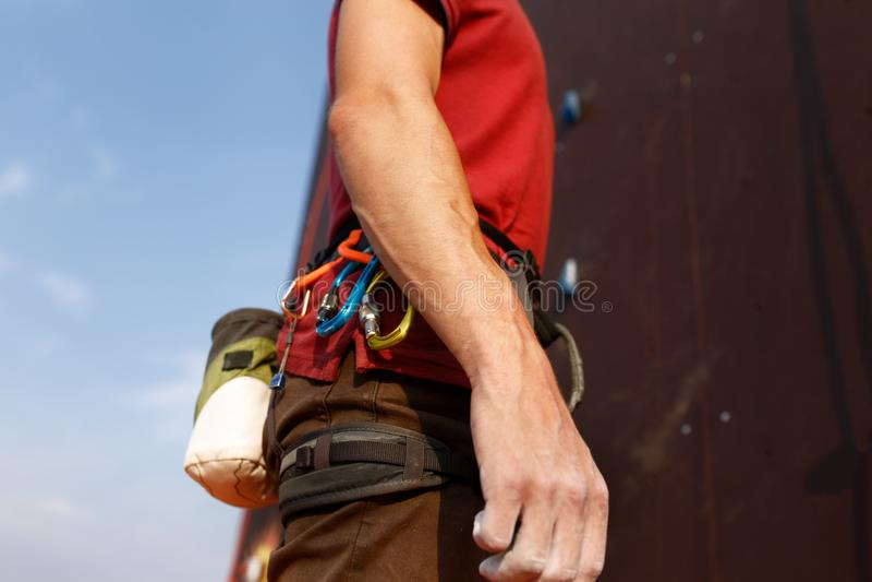 Деталь конца-вверх ремней безопасности альпиниста утеса нося и взбираясь оборудования внешних которые белят сумку мелом магния и стоковые фото