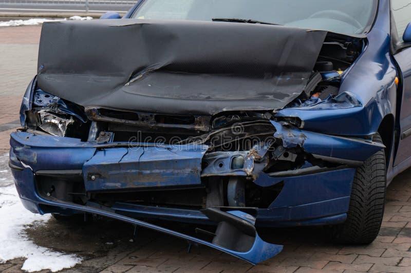 Деталь, который разбили голубого автомобиля после ужасного прифронтового ДТП стоковое фото