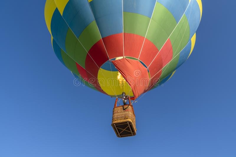 Деталь красочного горячего воздушного шара возглавляя вверх в голубом небе r стоковые фотографии rf