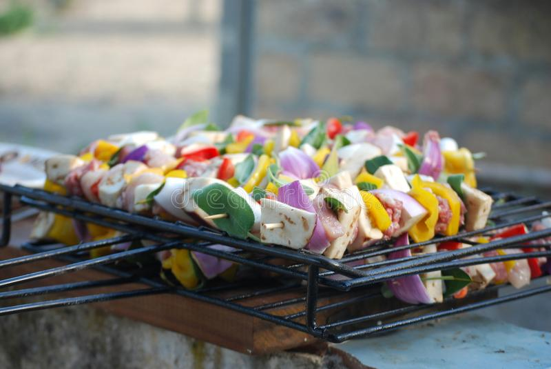 Деталь кренов мяса и смешанных овощей на гриле стоковые фотографии rf