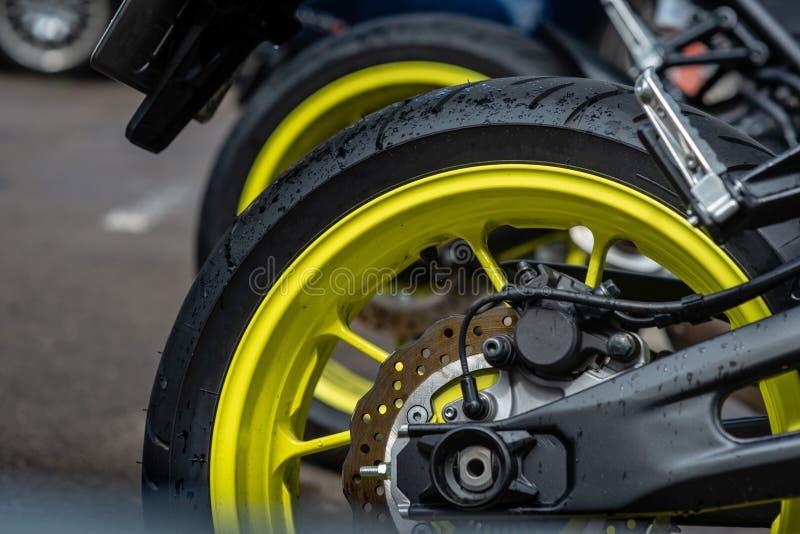 Деталь крупного плана колес мотоцикла задних и тормозной шайбы - изображения стоковая фотография rf