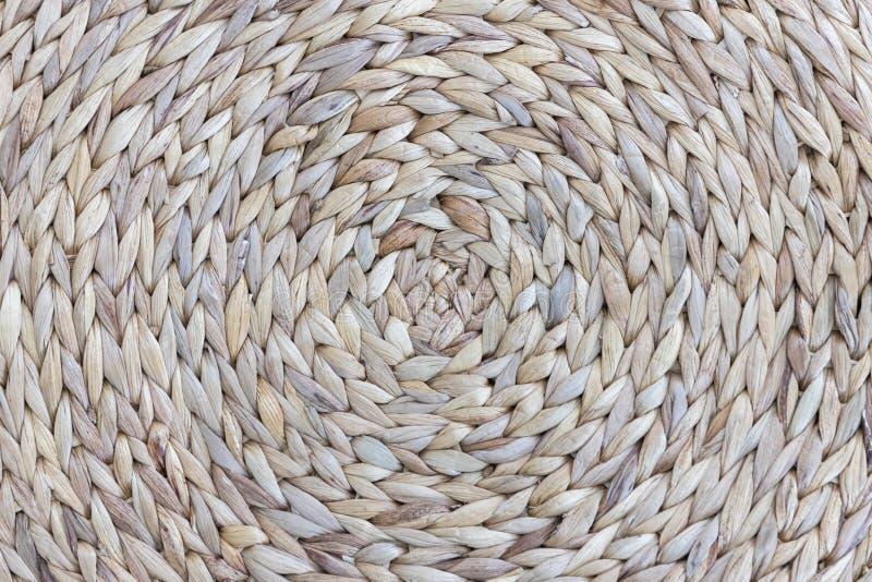 Деталь крупного плана связанных кругом циновки или пусковой площадки ткани сплетя с круглой картиной для предохранения от таблицы стоковые изображения