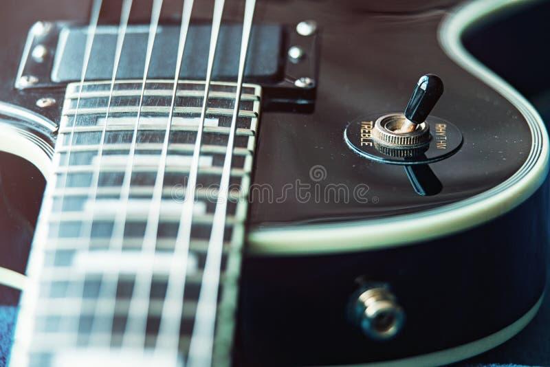Деталь крупного плана электрической гитары 6-строки, выборочного фокуса Обработанный с винтажным стилем стоковые фотографии rf