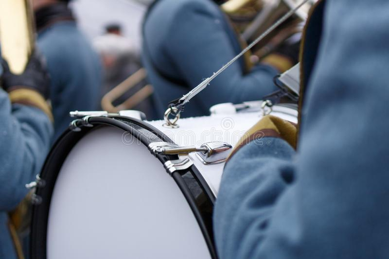 Деталь крупного плана weared ретро стоящ назад барабанщик солдата с большим барабанчиком и другой предпосылкой солдат стоковая фотография rf