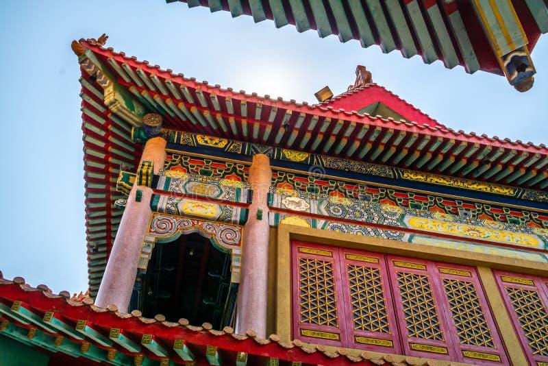 Деталь крыши китайской предпосылки текстуры виска Красивая китайская деталь крыши виска с красочной архитектурноакустической рабо стоковые изображения