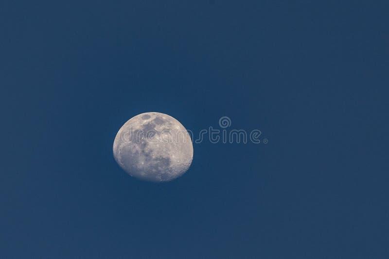 Деталь луны с видимыми океанами ans вулканов на луне стоковые фотографии rf