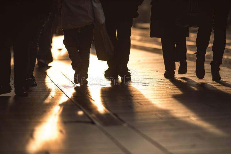 Деталь людей идя на тротуары города стоковые фотографии rf
