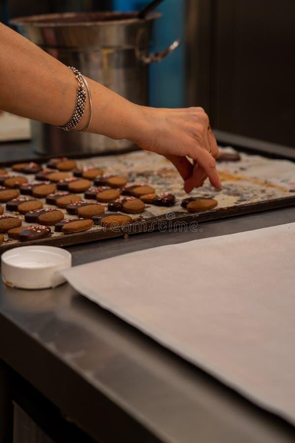 Деталь макаронных изделий чая, с шоколадом и украшением покрашенных сердец сахара стоковые изображения rf