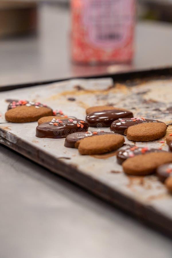 Деталь макаронных изделий чая, с шоколадом и украшением покрашенных сердец сахара стоковая фотография