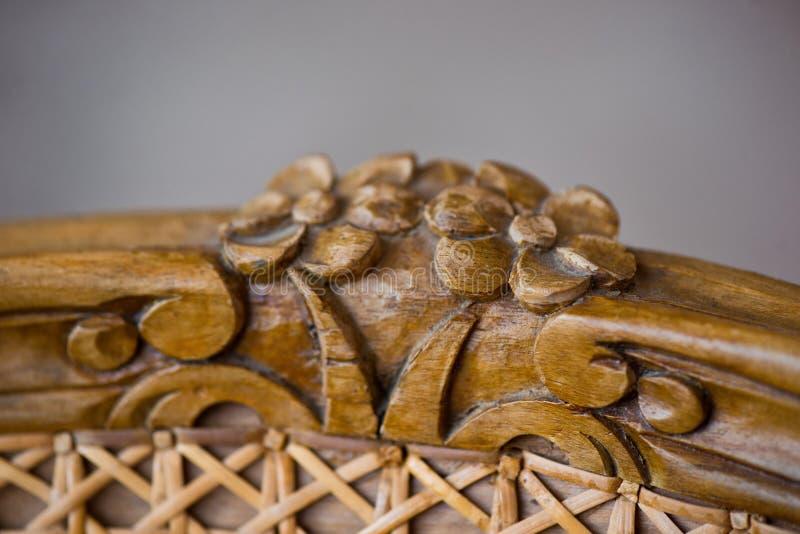 Деталь мебели, высекая в форме цветков на старом стуле ротанга стоковые фотографии rf