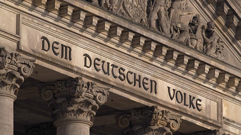 Деталь надписи Reichstag парламента Берлина немецкая стоковая фотография rf