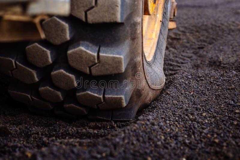 Деталь на картине следа автошины на желтом сверхмощном экскаваторе землекопа стоковые изображения rf