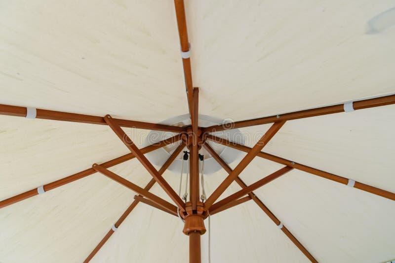 Деталь нижнего белого handmade зонтика - защитите солнечный свет в солнечном дне стоковые фото