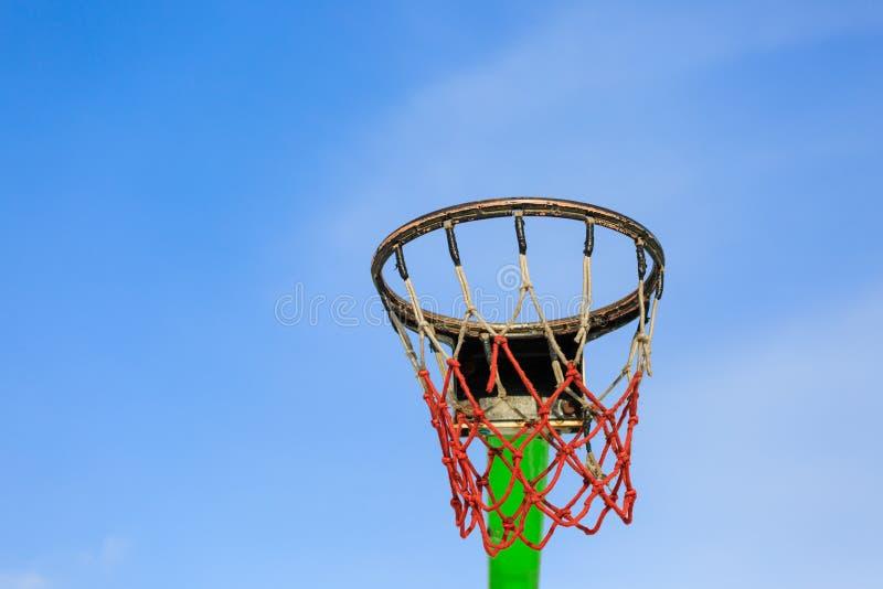Деталь обруча баскетбола в голубом небе на солнечный день стоковая фотография rf