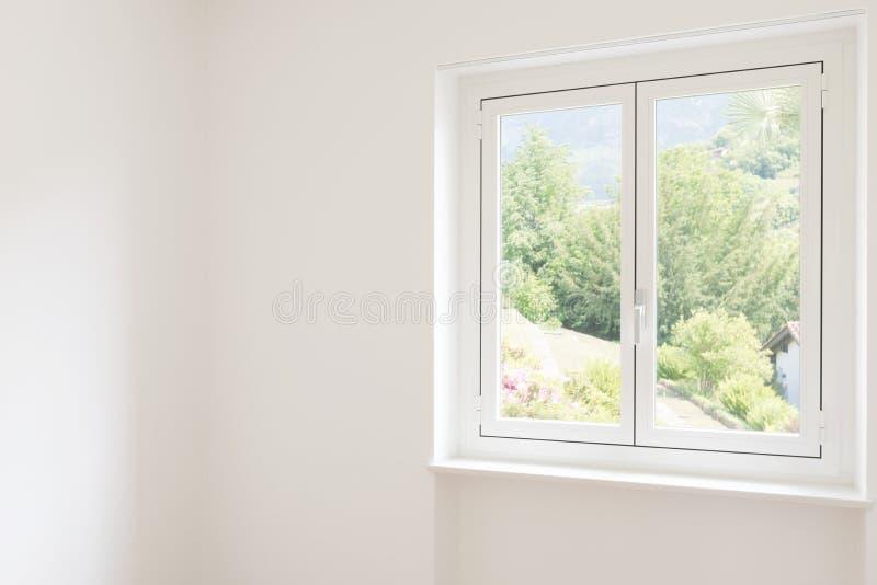 Деталь окна в белой комнате стоковое изображение rf