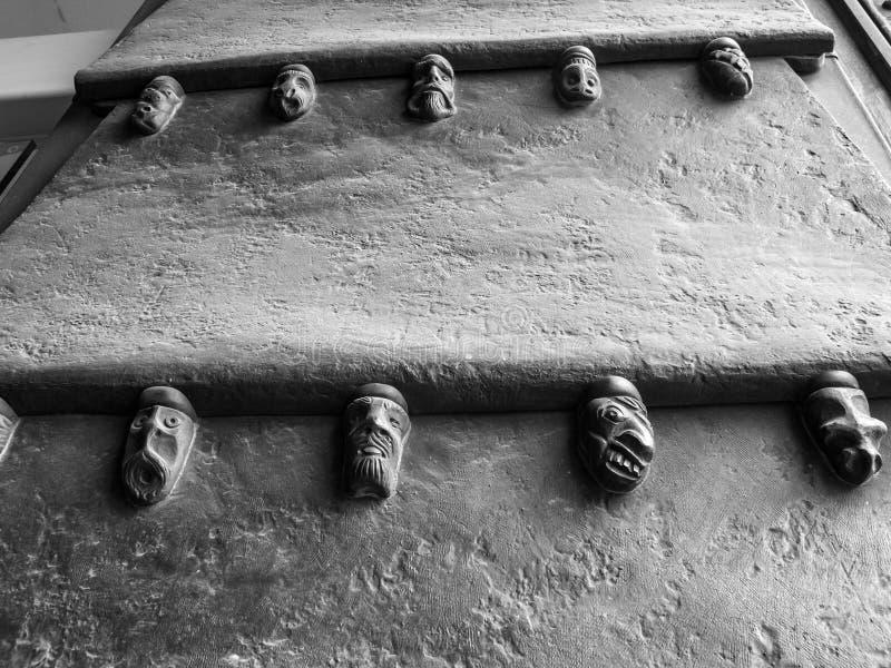 Деталь от входной двери ратуши Аахен, Германии стоковые фото