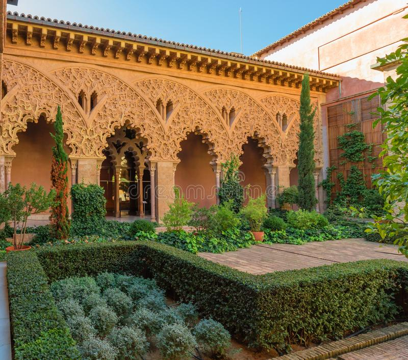 Деталь патио испанской исламской архитектуры стоковые изображения