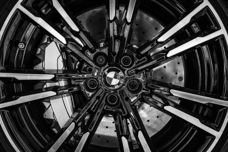 Деталь передней тормозной системы лимузина F90 BMW M5 автомобиля средний-размера роскошного стоковое фото rf