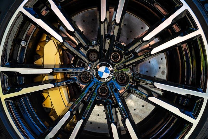 Деталь передней тормозной системы лимузина F90 BMW M5 автомобиля средний-размера роскошного стоковая фотография rf