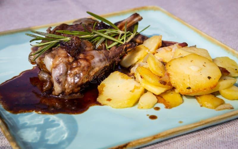 Деталь плиты мяса оленины оленей, Cortina d'Ampezzo, Италии стоковые фото