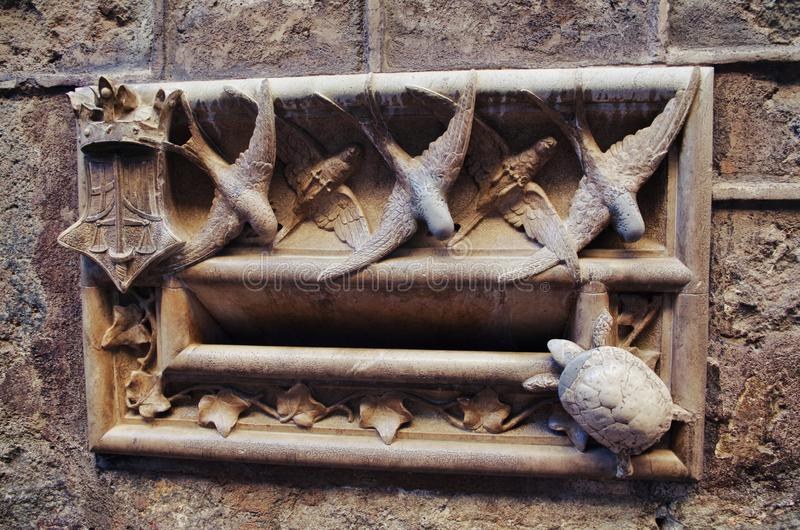 Деталь почтового ящика исторического архива города Барселоны, в готическом квартале Барселоны стоковое фото rf