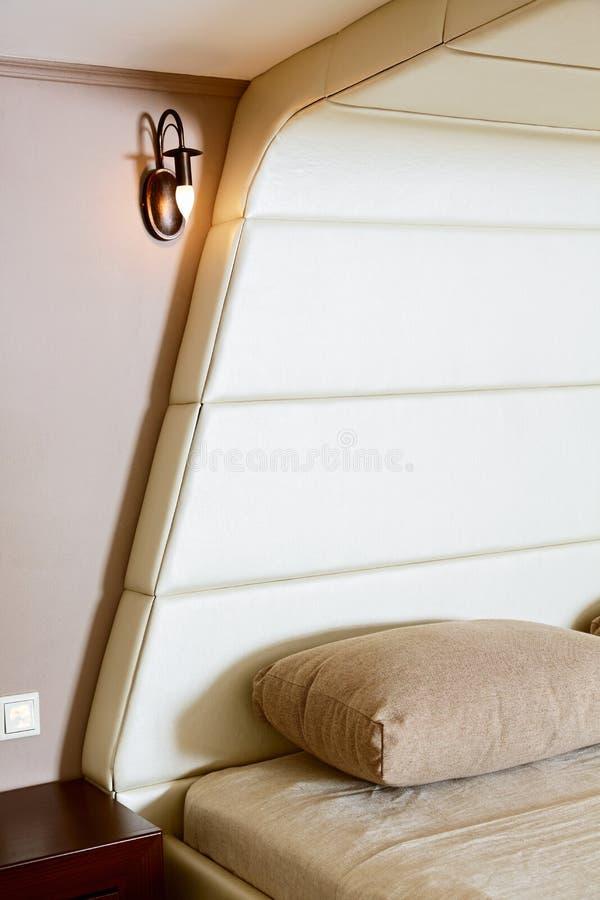 Деталь самомоднейшей спальни типа с headboard lather стоковое фото rf
