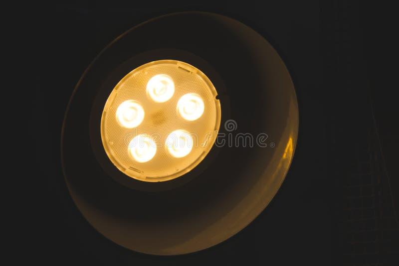 Деталь света лампы в ноче в bedchamber fami стоковое фото rf