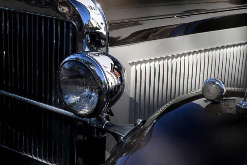 Деталь сияющего винтажного черного автомобиля стоковые фотографии rf