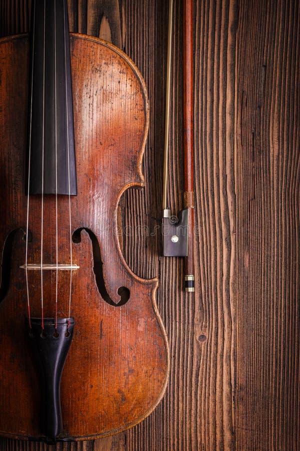Деталь скрипки с смычком на деревянной предпосылке стоковое изображение rf