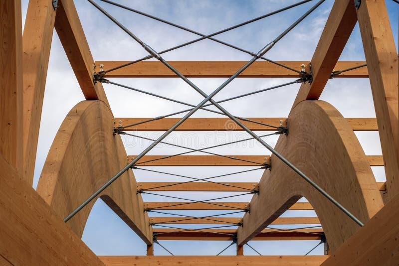 Деталь современной деревянной архитектуры в склеенном прокатанном тимберсе стоковое изображение rf