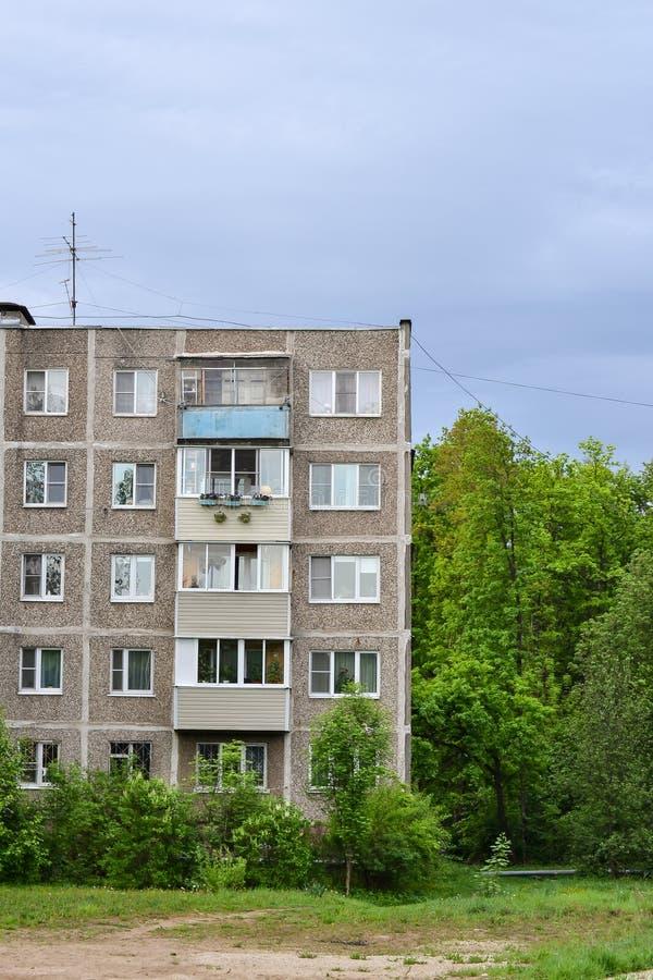 Деталь старого здания 5-рассказа на окраинах в жилом районе Дешевое размещещние построенное во время Khrushchev и Brez стоковая фотография rf