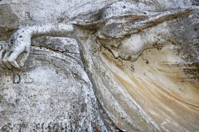 Деталь старого мраморного fombstone на кладбище стоковая фотография