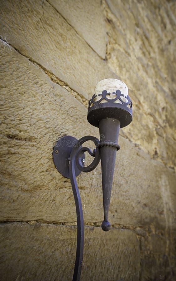 Деталь старого средневекового фонарного столба стоковая фотография