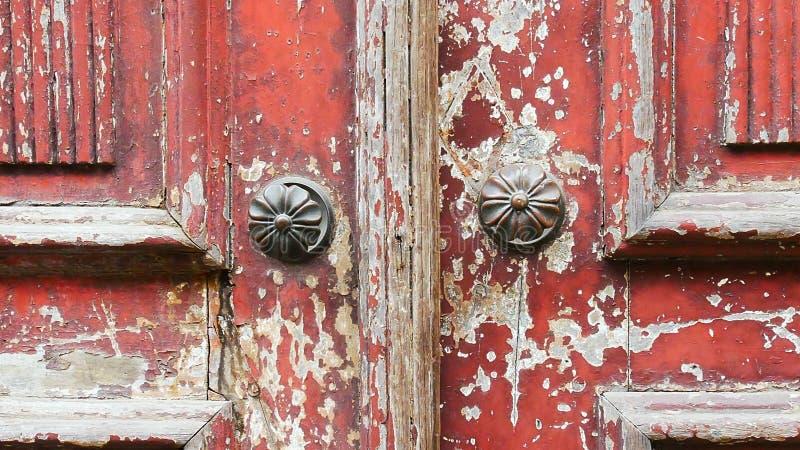 Деталь старой двери с шелушить краской стоковая фотография