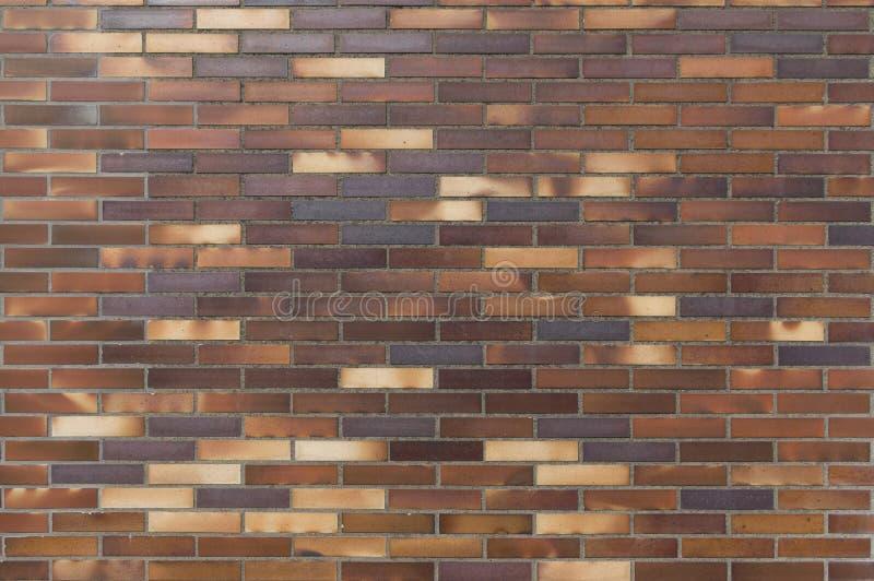 Деталь старой стены желтого цвета к коричневатым кирпичам клинкера стоковое фото rf