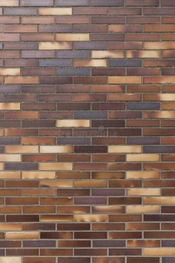 Деталь старой стены желтого цвета к коричневатым кирпичам клинкера стоковые фотографии rf
