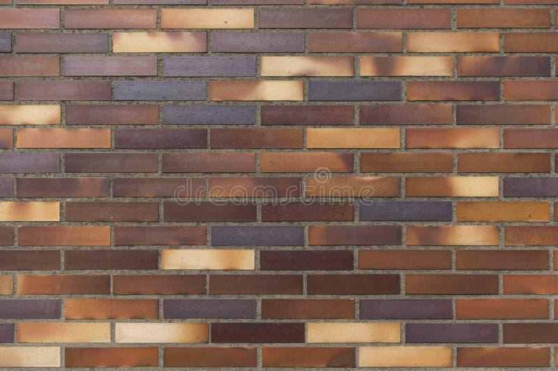 Деталь старой стены желтого цвета к коричневатым кирпичам клинкера стоковое изображение