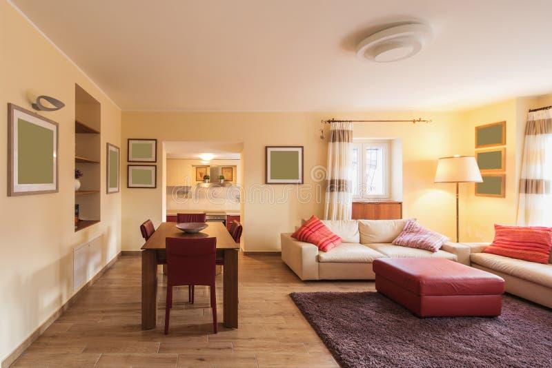 Деталь стульев и таблица в живущей комнате стоковое фото rf