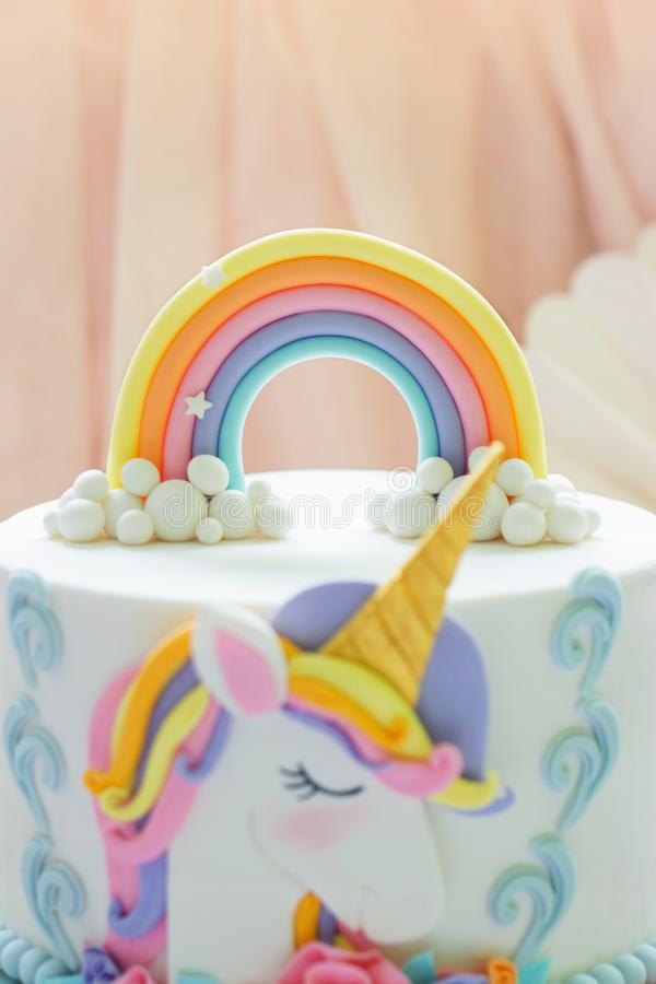 Деталь торта единорога дня рождения - фокус на экстраклассе радуги стоковое фото rf