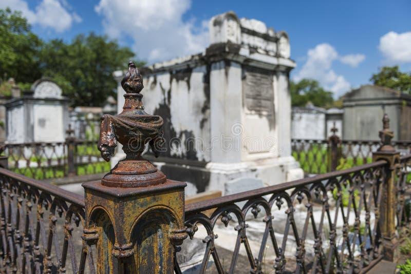 Деталь усыпальницы на кладбище Лафайета никаком 1 в городе Нового Орлеана, Луизиана стоковое изображение rf