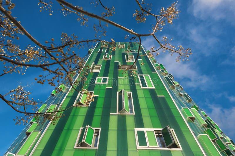 Деталь фасада зеленого современного жилого дома в районе Vallecas, в Мадриде стоковое фото rf